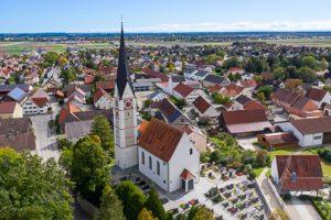 Luftaufnahme der Kirche St. Ulrich und Afra in Graben.