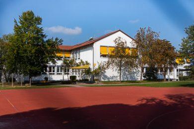 Die Imhof-Grundschule mit Sportplatz in Klosterlechfeld.