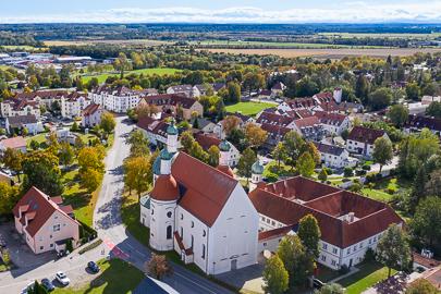 Luftaufnahme der Wallfahrtskirche Maria-Hilf in Klosterlechfeld.
