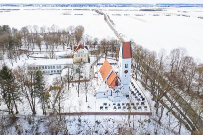 Winterliche Luftaufnahme der Kirche St. Mauritius in Obermeitingen.