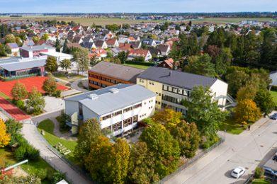 Luftaufnahme der Grundschule in Untermeitingen.