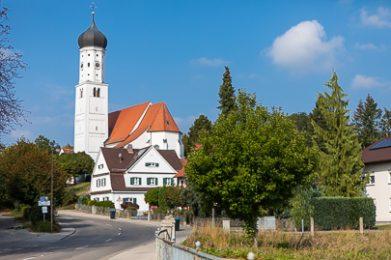 Sommerliches Foto der Kirche St. Stephan in Untermeitingen.